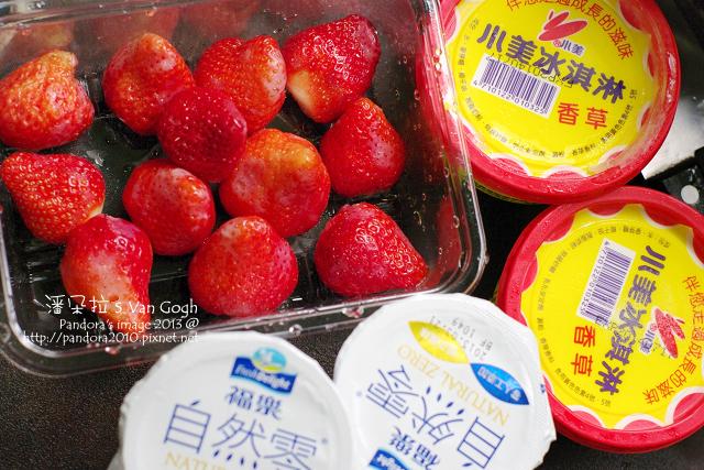 草莓優格冰淇淋。材料