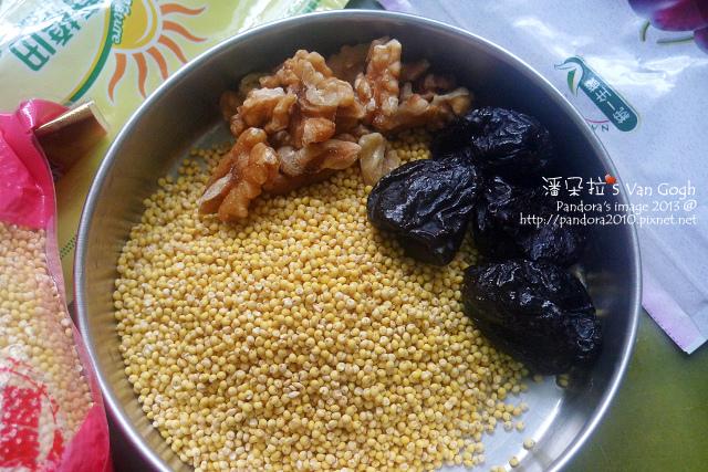 蜜棗核桃小米粥。材料