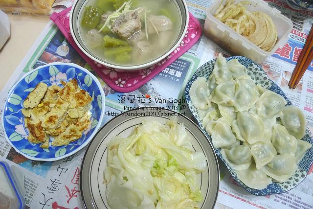 2013.12.12-苦瓜排骨湯、炒高麗菜、嫩蛋捲、洋蔥絲、水餃.jpg