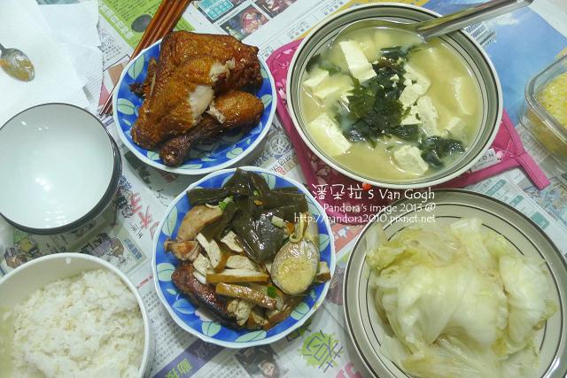 2013.12.20-海帶豆腐味噌湯、烤雞腿、小菜、炒高麗菜、米飯.jpg