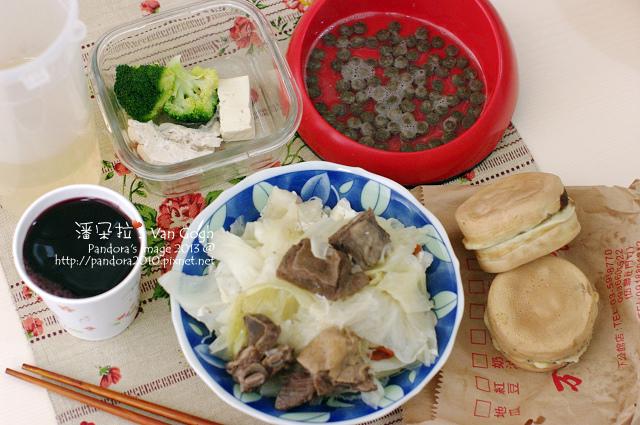 2013.12.22-(万丹)車輪餅-紅豆奶油&芝麻、羊肉爐、葡萄汁、綠花葉菜雞肉豆腐+乾糧.jpg
