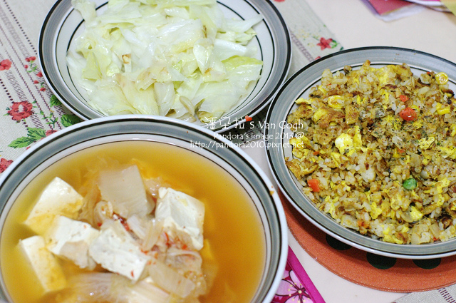 2013.12.25-泡菜豆腐湯、漢堡肉蛋炒飯、炒高麗菜.jpg