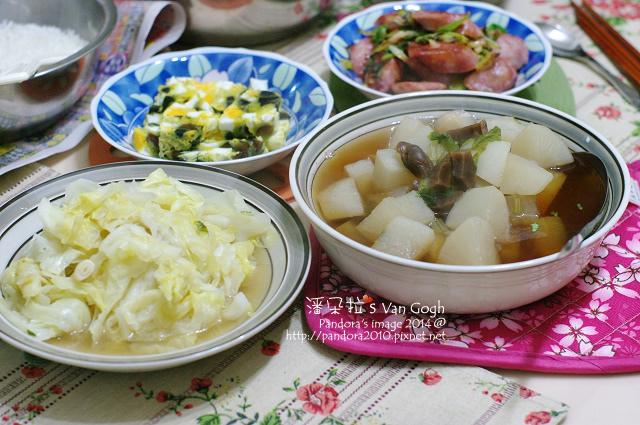 2014.01.13-白蘿蔔湯、青蔥炒香腸、三色蛋、炒高麗菜、米飯.jpg