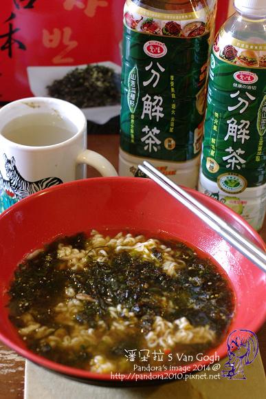 2014.02.16-泡麵+海苔酥、(愛之味)分解茶.jpg