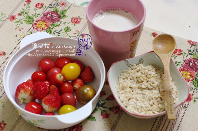 2014.03.03-無糖豆漿+膠原蛋白粉、大燕麥片、蕃茄、草莓.jpg