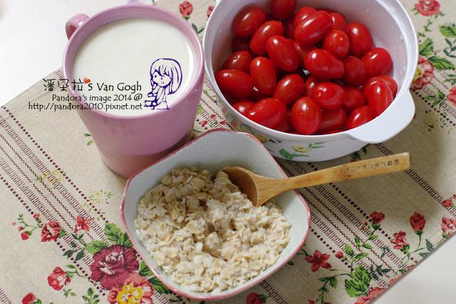 2014.03.04-無糖優酪乳+膠原蛋白粉、大燕麥片、蕃茄.jpg