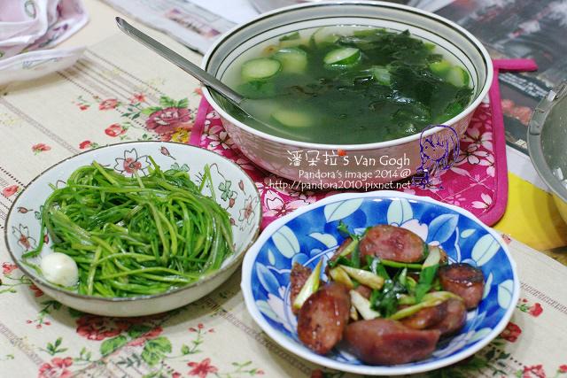 2014.04.23-海帶芽黃瓜湯、青蔥炒香腸、炒水蓮.jpg