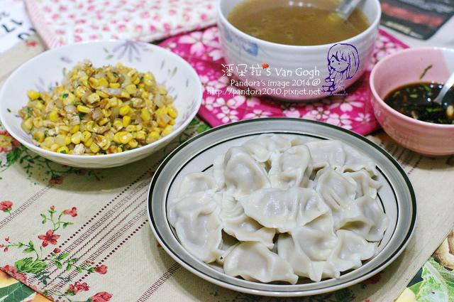 2014.05.05-晚餐。肉骨茶湯、高麗菜鮮肉水餃、香菜洋蔥玉米粒.jpg