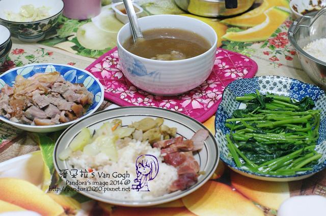 2014.05.09-晚餐。豬骨燉湯、豬腳、雞腿排、炒地瓜葉、叉燒便當.jpg