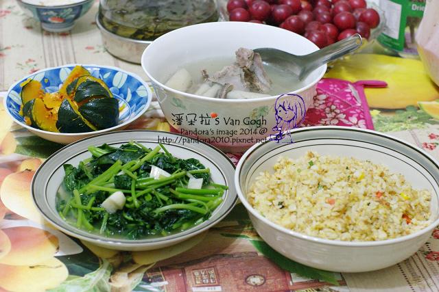 2014.05.13-晚餐。牛蒡排骨湯、蒸南瓜、炒地瓜葉、黃金蛋炒飯.jpg