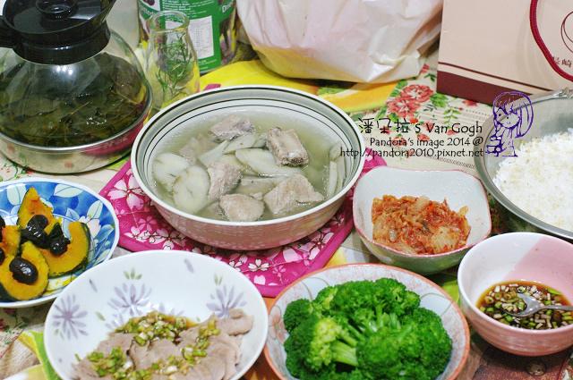 2014.05.14-晚餐。牛蒡排骨湯、蔥醬白肉、水煮綠花椰菜、紅棗蒸南瓜、韓式泡菜、米飯.jpg