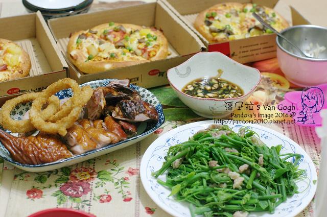 2014.05.17-晚餐。pizza、炒龍鬚菜、烤鴨、洋蔥圈.jpg