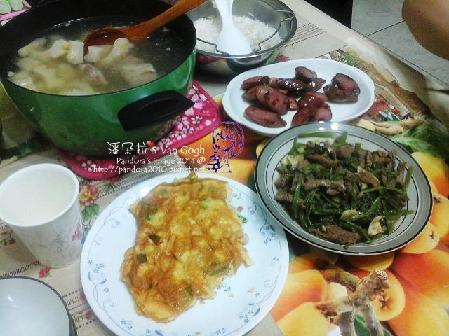 2014.05.18-苦瓜排骨湯、蝦仁煎蛋、沙茶牛肉炒空心菜、煎香腸.jpg