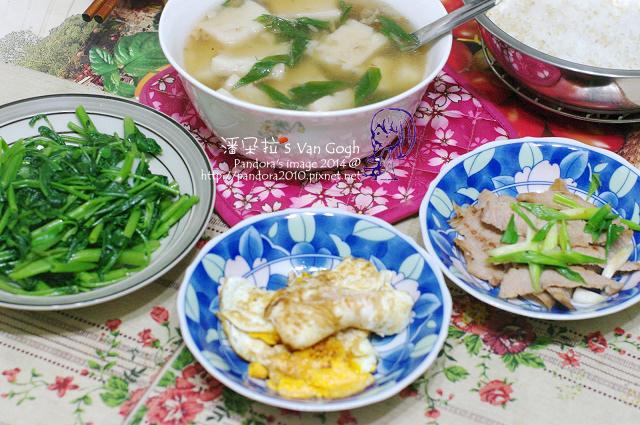2014.05.22-晚餐。港式蘿蔔糕湯、蔥香松阪豬、炒空心菜、醬油荷包蛋、米飯-.jpg