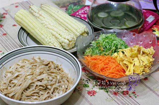 2014.05.23-晚餐。糯玉米、三色麻醬涼麵.jpg