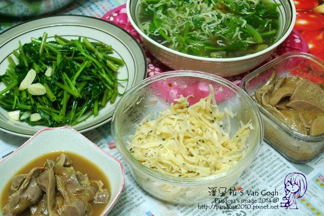 2014.07.14-晚餐。吻仔魚莧菜湯、炒空心菜、滷雞胗、牛蒡絲、粉肝.jpg