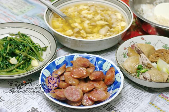 2014.07.15-晚餐。精靈菇蛋花湯、煎香腸、炒空心菜、便當.jpg