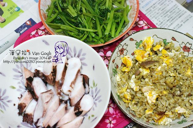2014.07.28-晚餐。鵝肝醬蛋炒飯、涼拌章魚、炒空心菜.jpg