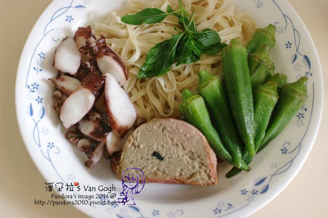 2014.07.29-午餐。關廟麵+章魚片+鵝肝醬+秋葵.jpg