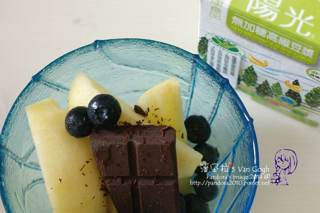 2014.07.29-早餐。蘋果、藍莓、72%巧克力、無糖高纖豆漿.jpg