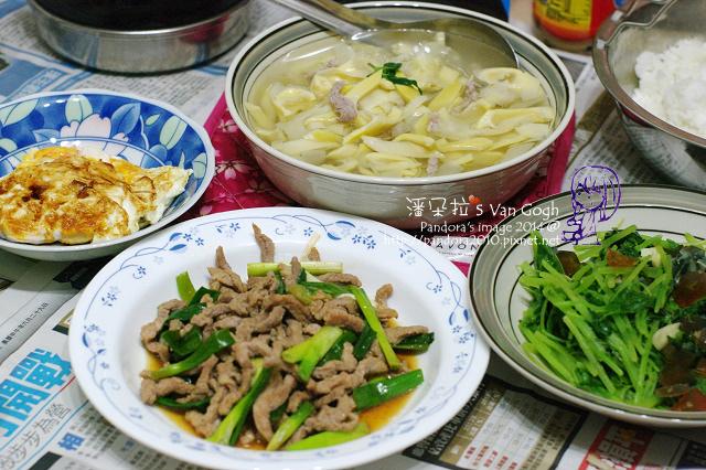 2014.07.30-晚餐。豬肉竹筍湯、蔥醬肉絲、皮蛋炒莧菜、醬油荷包蛋.jpg