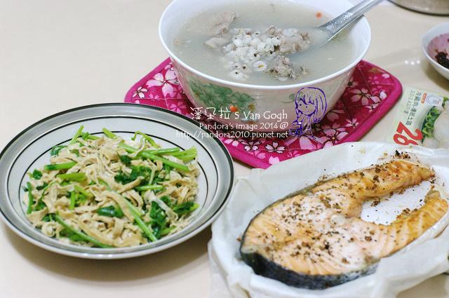 2014.08.19-晚餐。薏仁燉尾冬骨湯、豆皮炒芹菜、烤鮭魚.jpg
