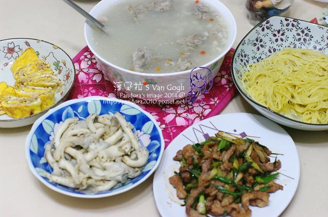 2014.08.20-晚餐。薏仁燉尾冬骨湯、乾煸秀珍菇、青蔥肉絲、玉米麵.jpg