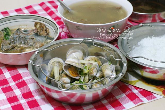 2014.08.26-晚餐。翠華菇湯、酒蒸文蛤、稀飯.jpg