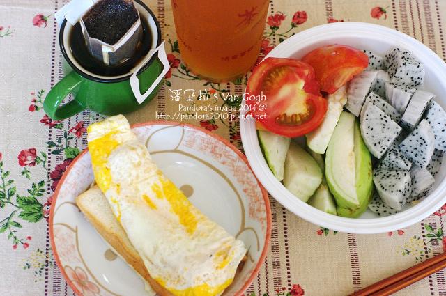 2014.09.01-雞蛋吐司、蕃茄、芭樂、火龍果、咖啡、茉香綠茶.jpg