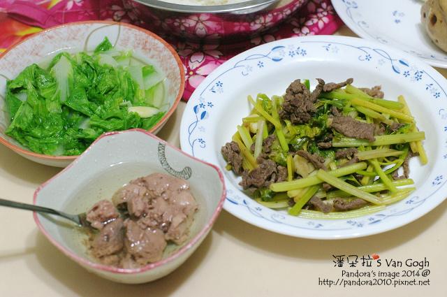 2014.09.22-芹菜炒牛肉、炒小白菜、油漬鱈魚肝、米飯.jpg