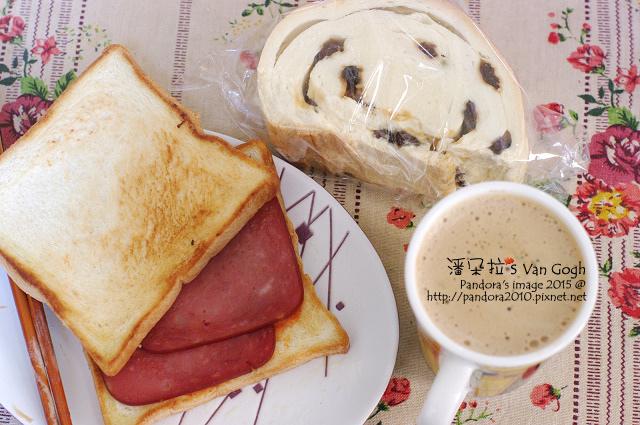 2015.02.17-早餐-烤吐司+橄欖油煎火腿片、木柴麵包、(Meet U)二合一白咖啡.jpg