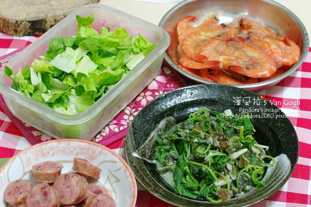 2015.05.22-蘿蔓生菜、藥膳蝦、煎香腸、皮蛋莧菜.jpg