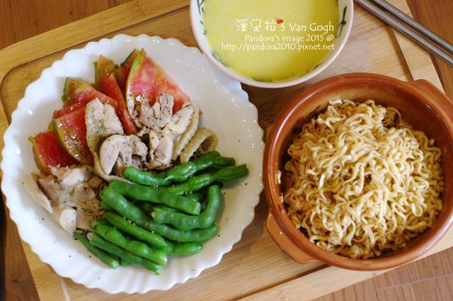 2015.05.24-(維力)炸醬麵、鹽水雞、番茄、長豆、(摩斯漢堡)玉米濃湯.jpg