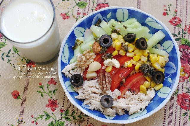 2015.06.22-堅果+五色蔬菜雞絲沙拉+洛神花羅勒油醋汁、(統一)AB無糖優酪乳+膠原蛋白粉.jpg