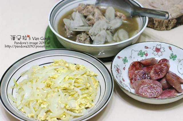 2015.07.10-肉骨茶牛蒡湯、洋蔥炒蛋、煎香腸.jpg