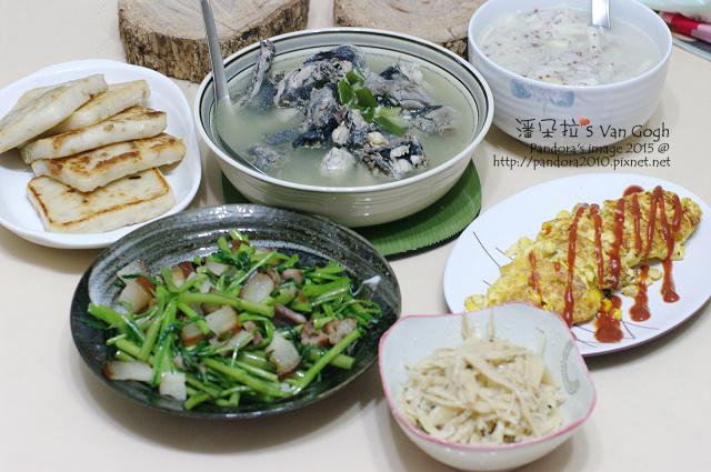 2015.07.27-蛤蠣烏骨雞湯、泡菜、涼拌牛蒡絲、蘿蔔糕、玉米煎蛋卷.jpg