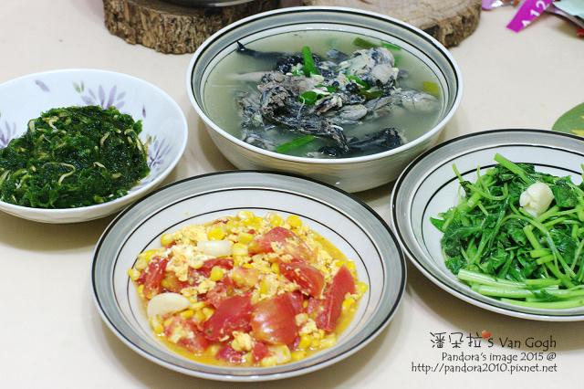 2015.07.28-蛤蠣烏骨雞湯、((番茄玉米炒蛋))、炒莧菜、吻仔魚海藻.jpg