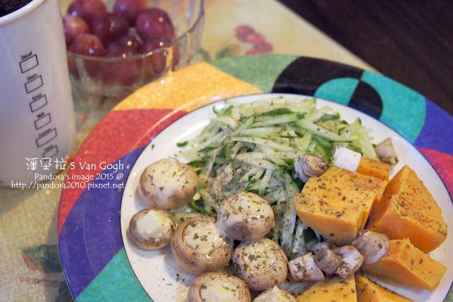 2015.10.02-地瓜、起司蘑菇、小黃瓜沙拉、葡萄、熱美式咖啡.jpg