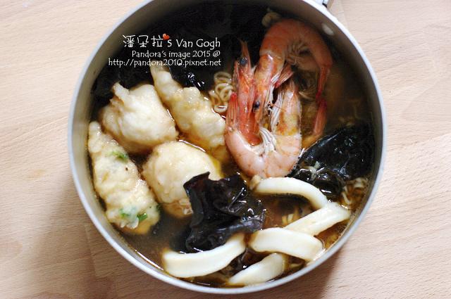 2015.11.05-鍋燒肉骨茶泡麵(黑木耳+花枝丸+魚羹+透抽+蝦子).jpg