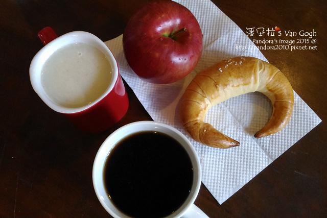 2015.11.27-蘋果、杏仁穀奶(+膠原蛋白粉)、牛角麵包、熱美式咖啡(+肉桂粉).jpg