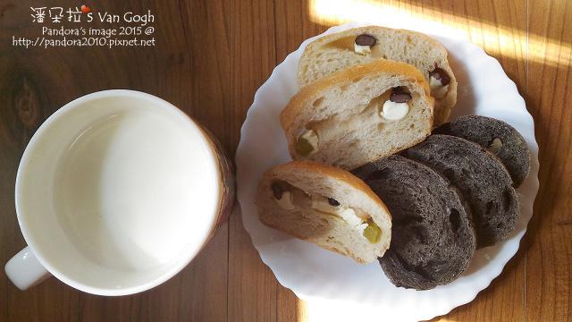 2015.12.07-八寶乳酪麵包、巧克力麵包、熱牛奶(+膠原蛋白粉).jpg