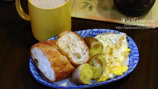 2016.01.02-黑芝麻牛奶(+膠原蛋白粉)、蒸地瓜、法國拐杖麵包、香料橄欖油煎蛋.jpg