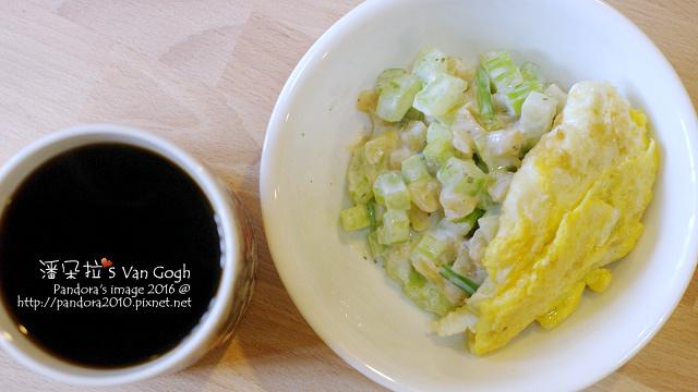 2016.01.12-華爾道夫沙拉、香料橄欖油煎蛋、熱美式咖啡.jpg