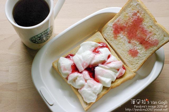 2016.05.11-草莓奶酪吐司、熱美式咖啡.jpg