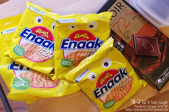2017.01.21-(Auchan)72%黑巧克力、(Enaak)韓式小雞點心麵.jpg