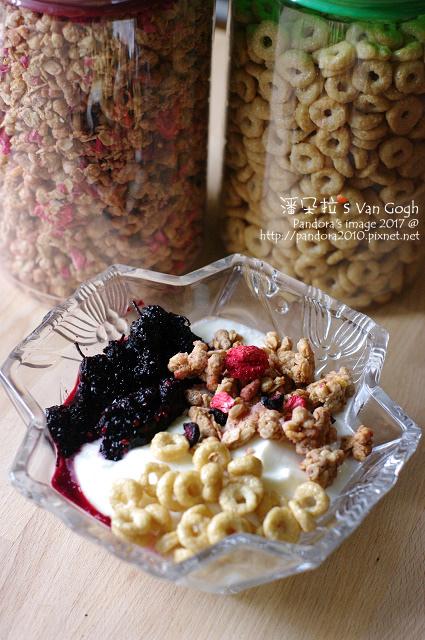 2017.05.28-黑糖桑葚+自製優格+(賽奇家族)烘烤酥脆穀片-綜合莓果+蜂蜜圈圈.jpg
