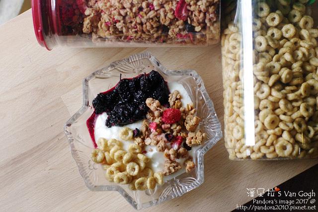 2017.05.28-黑糖桑葚+自製優格+(賽奇家族)烘烤酥脆穀片-綜合莓果+蜂蜜圈圈-.jpg