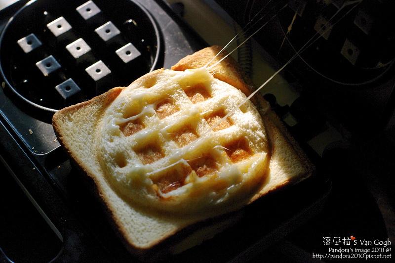 2018.03.18-熱壓三明治。吐司雞蛋+乳酪絲+奶油.jpg