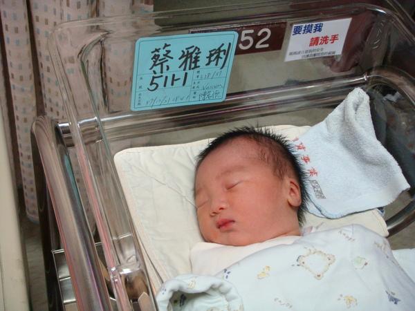 磊磊剛出生,才3380克,還是一個小瘦子唷