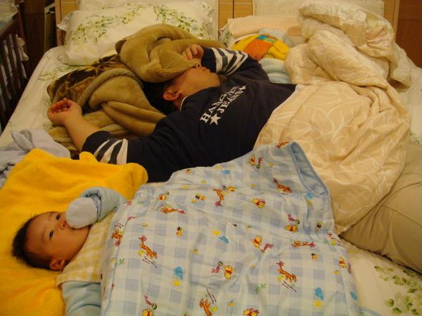 爸爸在睡覺,沒有人陪我玩,只好吃雞腿